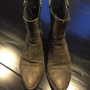 Varetype: Rå  støvler Farve: Brun Oprindelig købspris: 4600 kr.  Rå støvler fra Alexander Wang. Standen er slidt (jeg har været glad for dem), og de trænger til nye såler bagpå.