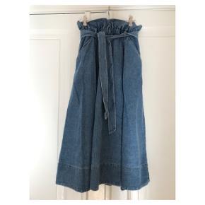 Fedeste nederdel. Passer flere str pga elastik i taljen. Se også mine andre annoncer eller følg mig på Instagram @2nd_love_preowned_fashion