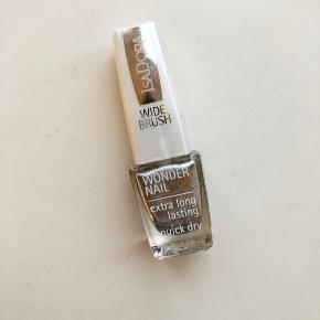 Sølv glimmerneglelak fra IsaDora. Brugt 1 gang.