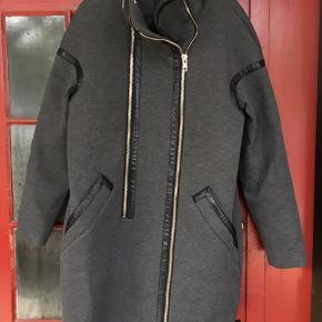 Grå jakke med skind detaljer  2 lynlåse (1 bruges til at lukke med)