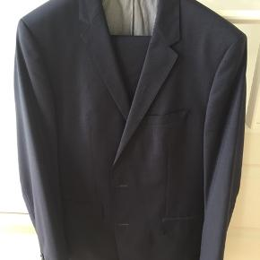 Pænt Hugo boss jakkesæt. Str 56 long. Super 100. Mørkeblåt med små tern. Et par bukser medfølger.