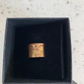 Fin ring i god stand - kun været i brug 2-3 gange  Målt til str 56 v/ guldsmed  Original kvittering haves - købt v/ Støy, Århus