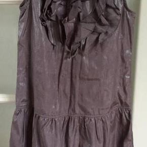 Varetype: Yndig kjole Størrelse: 10 år Farve: sølvgrå Oprindelig købspris: 450 kr.  Yndig kjole. Grå med sølv effekt.