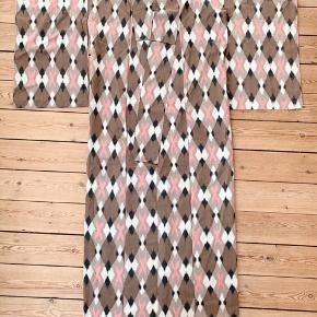 Super fin kimono 👘  - silketaft og simpelthen så fin håndværk. 💞 Mønsteret møde flot i ryggen.  Sender gerne 💌