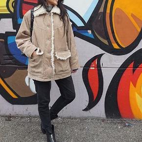 Super flot jakke fra H&M. Aldrig brugt, kun prøvet på. Nypris 699. Det er en størrelse 36, men kan snildt passe en str. 38, idet den er en smule oversize. Kan sendes hvis køber betaler for fragt!
