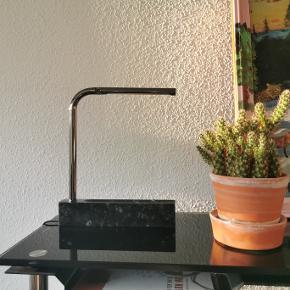 """1 stk aldrig brugt Munk Collective bordlampe i granit.   Nypris: 1.999 kr. Model: PIPE Lamp Materialer: Granit, chrom Ledning: 2 m black soft rubber cord. EU plug.  Tekst fra hjemmeside:  Pipe Lamp er en slank bordlampe perfekt til skrivebordet, hylden eller til natbordet. Pipe Lamp er oprindelig inspireret af datidens bibliotekslamper, der kun havde til formål at belyse den bog du havde fundet og ville fordybe dig i. Pipe kan lysreguleres med """"touch"""" funktion, således at du både kan bruge den til læse- og hyggelampe.   Mål: H:30 B:25 D3,5cm.  Designer: Laura Faurschou graduated from the Royal Danish Academy of Fine Arts Schools of Architecture, Design and Conservation in 2012. She believes in designing products that are easy for the observer to understand. Her designs have genuine longevity. Laura Faurschou has designed RIBBON mirror, EDGE table and PIPE lamp.  Klik på Køb nu knappen og køb med det samme. Hvis der er mere på min profil du ønsker at købe med, tilføjer du blot det.  Mine annoncer er delt op i kategorier, dvs. alle jeans, jakker, kjoler etc. er samlet på profilen. Scrol og se alle ting i shoppen."""