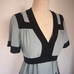 Super smuk kjole, med grøn og sort toner 100% silke. Total Marni stil model med bindebånd og sorte kanter ved overkroppen. Næsten ny, brugt engang. Størrelsen siger 36 men ret rummelig pga snit og bindebånd og stor til mig da jeg er str 34. Kan passe både en str 36 og 38.
