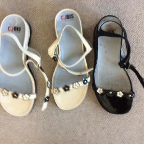 To par sandaler fra Franske mærke Jourdan. De er mærket 61/2, men passer mig, der er størrelse 37. Nypris pr par 1000 kr. De sorte er let brugt, de hvide nye. Lavet af læderlak. Pris 175 for de sorte, 200 for de hvide.