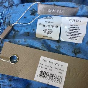 Fra GUSTAV  : Det fineste tørklæde ! Smuk blå farve med sorte stjerner og frynser. Størrelse : 100 cm.  x  200 cm. Aldrig brugt og med tags. Oprindelig købspris : 450,- Sender gerne med DAO på købers regning.