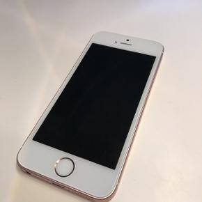IPhone 5se 16gb rosegold sælges. God stand. Ca 2 år gammel. Ingen ridser el skrammer. Har altid været i cover. Sælges med original oplader.