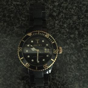 Super fint triwa ur, som er blevet brugt, dog uden de største brugsspor, uret har ligget i en skuffe de sidste par år, så det skal have et nyt batteri 😊
