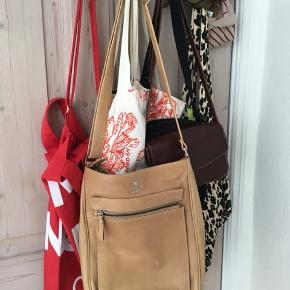 Sælger denne taske for min mor - ikke rigtigt blevet brugt særlig meget, men hun har dog haft den i lang tid - måske derfor der er lidt skader på den? 🤨🤔 Kom med et bud!