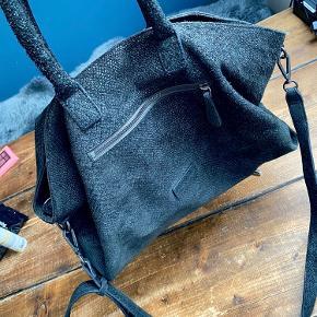 Liebeskind    Rigtig fin taske, udenpå er der ingen brugspor og fremstår pæn. Inden i er der dog et par kuglepinde streger som jeg har forsøgt at tage et billede af (se billede 3).. Rimen kan tages af og på, så den både kan bruges som håndtaske men også skulder taske.   Den er rummelig og der kan være meget!