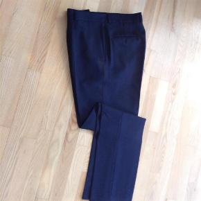 """Brand: Blues Original Varetype: Bukser Størrelse: 36"""" Farve: Mørkeblå Prisen angivet er inklusiv forsendelse.  Super lækre Bukser fra Blues Original - de er halv foret - en super lækker kvalitet, som er meget behagelige at have på.  50% Wool 40% Polyester 8% nylon 2% elastane  Livvidde: 90 cm Vidde nederst på benene: 42 cm Længde: 114-115 cm"""