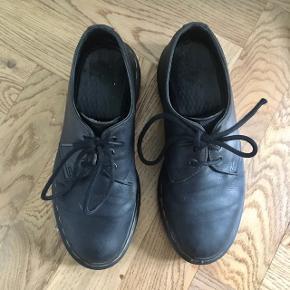 Sorte 3-eyed sko fra Dr. Martens. De har været brugt en del, men med omhu. Sælges da jeg ikke bruger dem længere. De står som slidt, da der er slid på læderet samt sålene, som man kan se på billederne.  Selvom der er slid, har de stadig nogle gode år i sig, da Dr. Martens jo holder sig godt :) På et af snørebåndene mangler en af enderne det yderste plastik-wrap.  De har lige fået en god omgang læderfedt :)  BYD