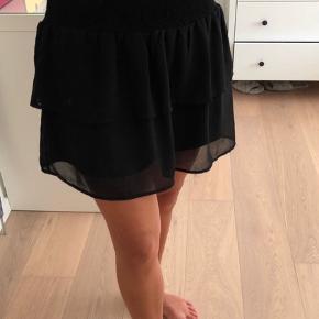 Sort lag på lag nederdel med elastik i livet fra Pieces. Kun brugt få gange  Kan ikke huske np