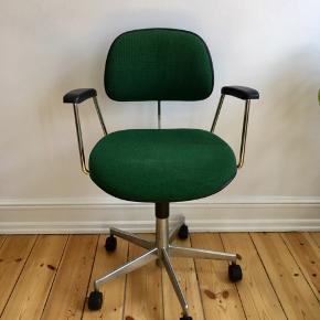 Super fed kontorstol i perfekt stand. Stof, hjul og pumpe er intakt. Ingen slid og så sidder man bare godt i den og med de armlæn, så vil man gerne hygge ekstra længe😁  Kom og kig 😊