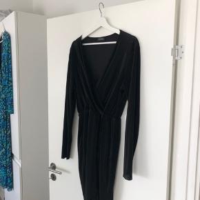 Smuk sort kjole med v-udskæring 😊