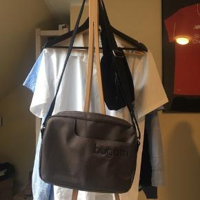 Lækker taske med en solid rem, dejligt vandafvisende design og stilren