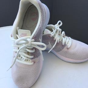 Str. 36,5. Farven er meget sart rosa m/detaljer. Købt i sportsbutik i juli måned til 600 kr. Prisen på 300 kr. er fast.
