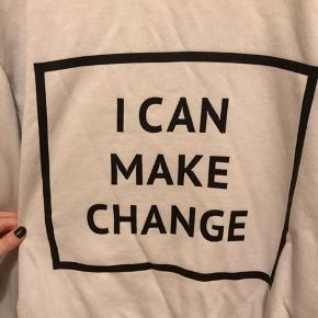 """Hvid langærmet men """"i can make change"""" grafik 🕊   Ikke nogle egentlige mærker efter brug"""