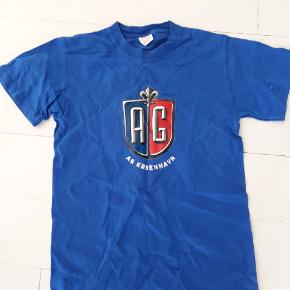 T shirt med trykte autografer på ryggen. Hedder str S. Handler gerne MobilePay og sender med DAO.