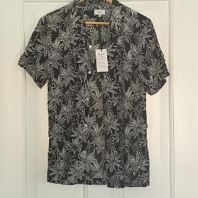 Helt ny kortærmet skjorte fra Grunt, i sort/hvid, str 16 år/170-176. Stadig med tags.