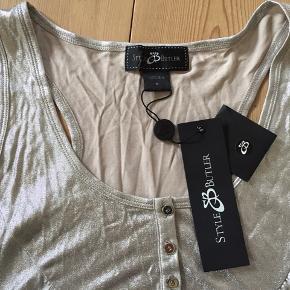 Så fed sølvtop i 100% silke - købt som kollektion og aldrig brugt. Lidt bryderagtig ryg og vid i modellen.