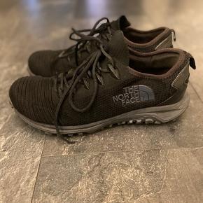 The North Face Truxel Et par fine North Face sko. Skoen har været brugt, men der er kun slid  tegn på slid i sålen.