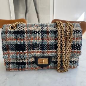 Smukkeste Tweed taske fra Chanel. Købt i Paris i 2012. Sælges med æske og serienummer/identifikations kort selvfølgelig.  Bredde: 24,5 Højde: 14,5/15 Dybde: 7  Bytter ikke.  Vh Ida