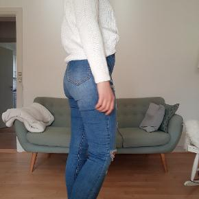 Hvid strikket sweater af mærket cubus 🌸  Bukserne er også til salg - se gerne mine andre annoncer! 🌱