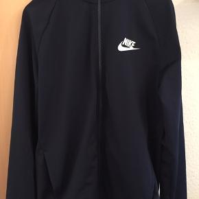 Nike Tracksuit ☑️  Cond 9/10 (10/10) ✨  Str M  Farve: Mørkeblå 🔵  BIN: 400 DKK  Kan afhentes i Slagelse. Kan sendes på købers regning.🚚 Hvis TS ønskes, betaler køber gebyr.
