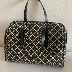 Super fint taske fra Marlene Birger 🌸 Sælges da jeg desværre ikke får den brugt.. den indeholder en lille pung indeni og lang rem og dustbag medfølger. Jeg har desværre ikke kvittering mere 💛