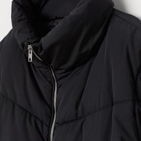 Hm jakke i str small. Den er godt brugt, men er stadig i fin stand Byd