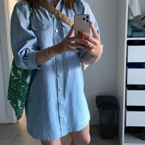 Jeg sælger min Global Funk Patsy Dress i størrelse M (fitter en S/M jeg er selv S), da jeg har for mange kjoler. Kjolen har prismærke i og er kun prøvet på.  Nypris 700. Byd