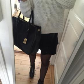 RALPH LAUREN TASKE 🐎  Lækker klassisk sort taske. Plads til computer mm. Tasken er brugt cirka i et år, stadig i rigtig pæn stand. Har dog enkelte brugspor hist og her.  (Sælges derfor billigt)   Nypris 2500kr