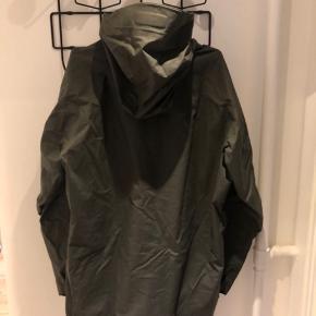 Lækker ski jakke brugt 3 gange på en sæson, ingen skader. Bukser til haves også.