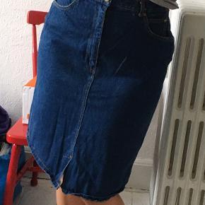Mørkeblå cowboy nederdel, ingen fejl. Passes af s/m