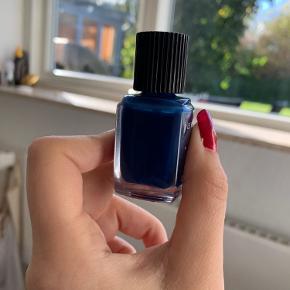 Sælger denne Chanel neglelak, da farven ikke lige er mig. Som der ses på billede 2, så er den næsten helt fyldt og kun brugt 1-2 gange. Farven: 624 Bleu Trompeur