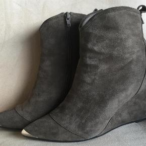 Varetype: Støvler Farve: Se billede Oprindelig købspris: 1499 kr.   Superflotte støvler med kilehæl fra Sofie Schnoor.  Brugt een gang få timer indendøre.  Hælhøjde 8,5 cm