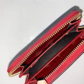 Fin pung fra gucci  Jeg har ikke længere kvittering eller æske :)  Den er brugt, men ser ny ud - ingen huller eller andet større slidtage
