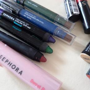 Lip pen og øjenskygge er prøvet og kan spidses som nye Lipgloss, lipstain er forseglet Sælges 45 pr. stk eller 225 kr i alt