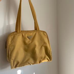 Gul Prada vintage skuldertaske i nylon 💛💛 Virkelig flot stand, ingen brugs tegn - certifikationskort medfølger  Mål 30x22x10