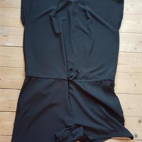 Varetype: shorts Farve: Sort Oprindelig købspris: 650 kr.  Super fed shortsdragt/jumpsuit fra Modström. Der er 2 lommer foran.