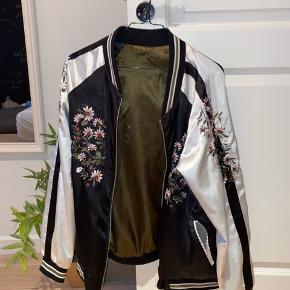 Lækker silke-agtig jakke, der aldrig er blevet brugt 😍 der er ingen mærker i jakken, da den skulle kunne vendes på vrangen og bruges sådan - men jeg er normalt en str S, men en str M ville også sagtens kunne bruge den ❤️