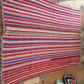 Sælger mit flotte hjemme hæklet tæppe  Aldrig brugt  Farverne lilla,blå,lyserød,grå,gul, Mål  L 154cm B 118cm