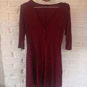 Kort kjole med 3/4 ærmer. Går halvt ned på lår af mig (172)  Fri fragt på køb over 300 ❤️😘