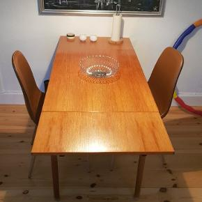 Super flot teak træ spisebord, jeg sælger det da jeg skal have et nyt. Kom med bud!  Bordet måler b. 63x l.93 cm. Der følger tilægsplader med, bordets længde med tilægsplader er l.153 cm Kan afhentes på Amagerbro
