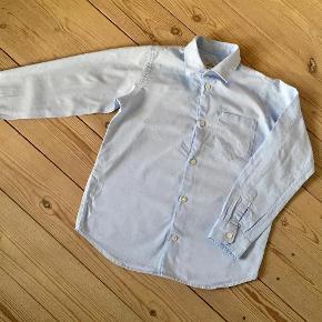 Varetype: Lyseblå skjorte Størrelse: 8år Farve: Lyseblå Oprindelig købspris: 500 kr.  Brugt 4-5 gange, bytter ikke