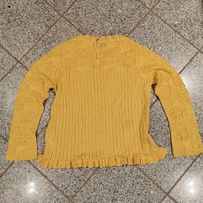 Strikket pullover fra Odd Molly i regelmæssig pasform med rund halsudskæring og langærmet. Har en knaplukning i nakken.  Størrelse: 4 Style: 319M-109 Farve: Golden Biscotti 100% bomuld B